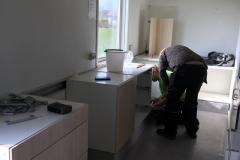 Michael hjælper Arvid med at sætte køkken op