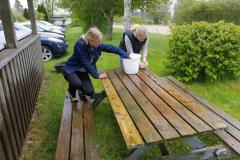 Benedikte og Caroline vasker bord/bænksæt